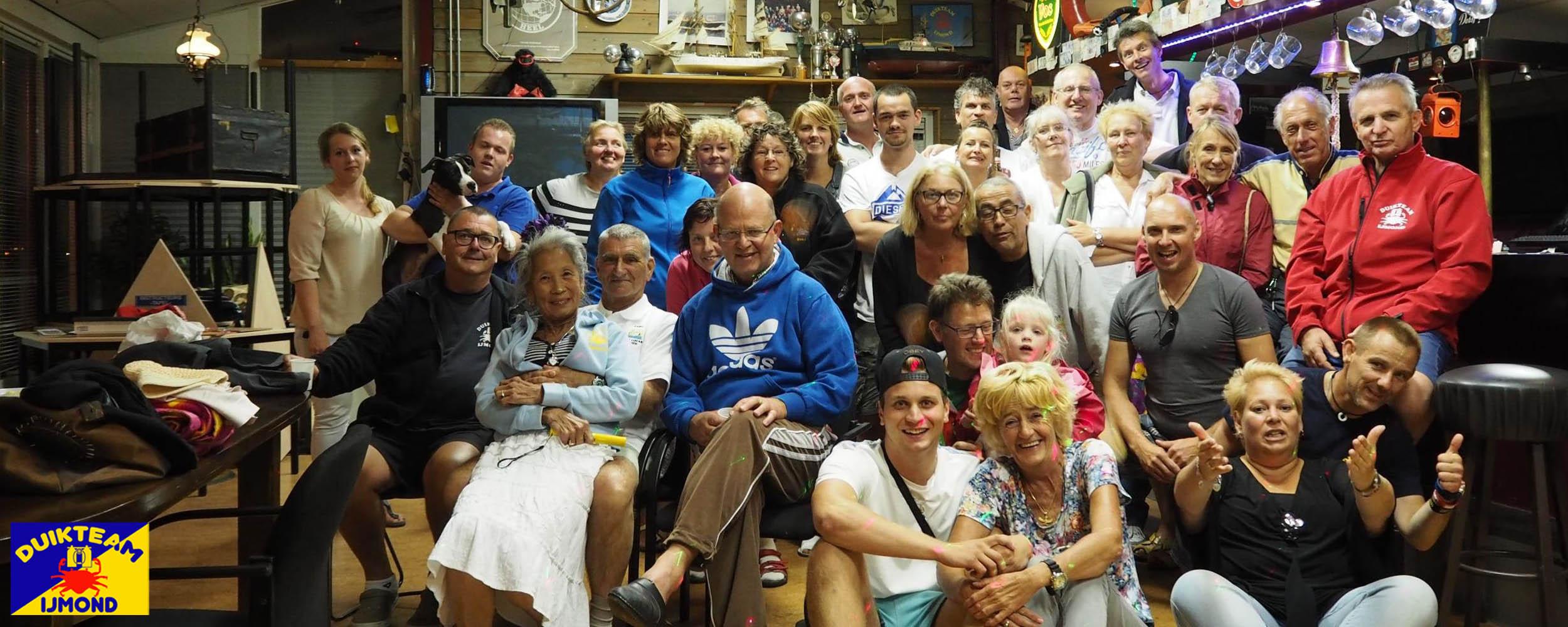 Groepsfoto in het clubhuis van duikteam ijmond