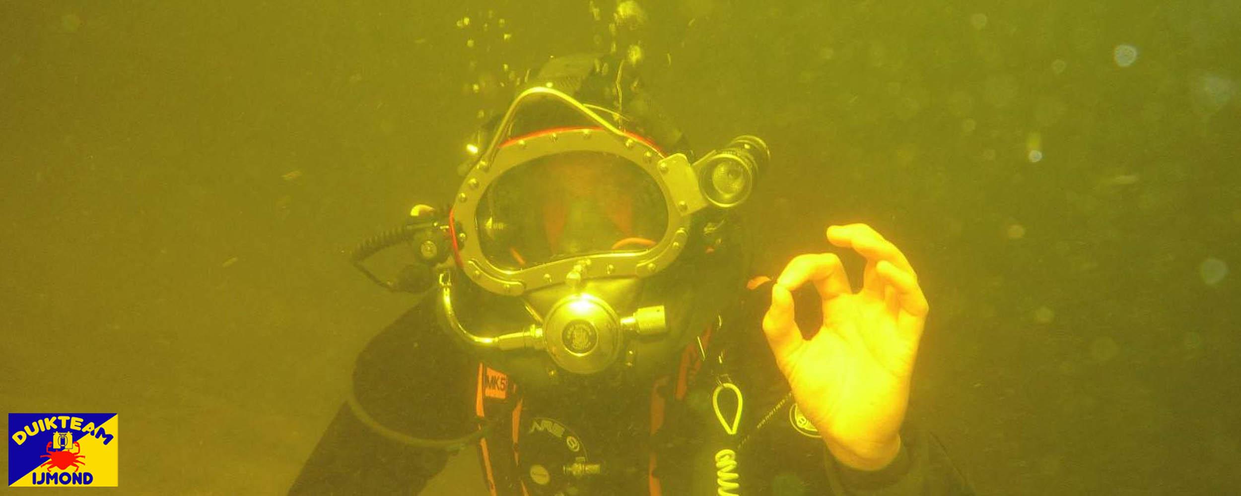 helmduiker met kirby morgan van duikteam ijmond onderwater